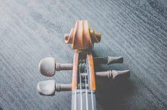 El violín en la tabla oscura, instrumento musical clásico usado adentro foto de archivo