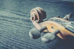 El violín en la tabla oscura, instrumento musical clásico usado adentro fotos de archivo