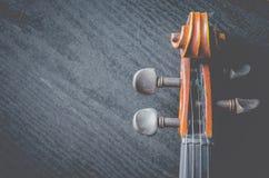 El violín en la tabla oscura, instrumento musical clásico usado adentro imagenes de archivo