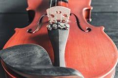 El violín en la tabla oscura, instrumento musical clásico usado adentro imágenes de archivo libres de regalías