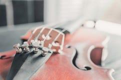 El violín en la tabla oscura, instrumento musical clásico usado adentro imagen de archivo