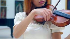 El violín está siendo tocado por la mujer metrajes