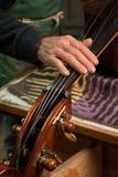 El violín-fabricante foto de archivo