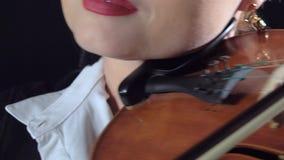 El violinista se realiza en un violín en un estudio negro del humo Cierre para arriba almacen de metraje de vídeo