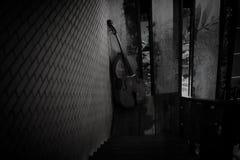 El violoncelo adornó cerca de la pared de ladrillo Imagen de archivo