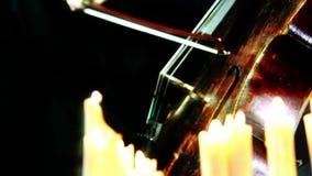 El violoncelo de madera viejo que juega en velas se enciende metrajes