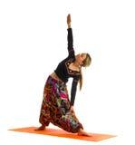 El virabhadrasana de Viparita, una posición en yoga, también se llama Reverse Warrior Imágenes de archivo libres de regalías