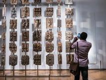 El visitante de British Museum fotografía las placas de Benin de Nigeria fotos de archivo libres de regalías