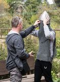 El visitante mide el casco de un caballero en el festival de Purim con rey Arthur en la ciudad de Jerusalén, Israel fotos de archivo libres de regalías