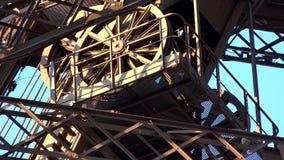 El visitar que viaja de la gente de los turistas de la opinión del primer de la atracción de la torre Eiffel de París almacen de metraje de vídeo