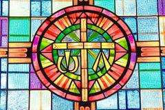 El vitral adorna el interior de una pequeña iglesia del pueblo Fotos de archivo libres de regalías