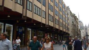 El vittorio famoso del corso de las compras de Milano del día de verano apretó el panorama que caminaba 4k Italia almacen de video
