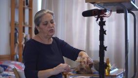 El vlog animal del blogger del especialista, mujer muestra el equipo del cuidado animal en la leva almacen de video