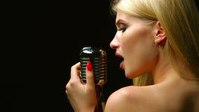 El vocalista se coloca con ella de nuevo a la audiencia y canta Fondo negro Cierre para arriba almacen de video
