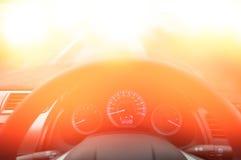 El volante y el tablero de instrumentos, sujetan la advertencia de la muestra del cinturón de seguridad en la información del tab Foto de archivo