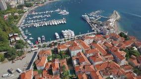 El volar arriba sobre ciudad vieja europea y puerto deportivo moderno con los yates metrajes
