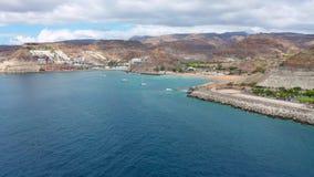 El volar arriba sobre el mar hermoso y el paisaje en Gran Canaria almacen de metraje de vídeo