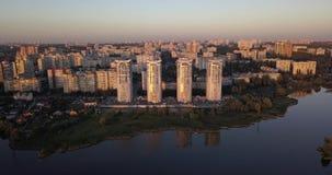 El volar bajo encima en el centro de la ciudad con opiniones de la puesta del sol del paisaje urbano pixeles de 4k 4096 x 2160 almacen de metraje de vídeo