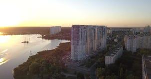 El volar bajo encima en el centro de la ciudad con opiniones de la puesta del sol del paisaje urbano pixeles de 4k 4096 x 2160 almacen de video