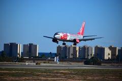 El volar bajo sobre el aterrizaje de aviones de los edificios Jet2 en el aeropuerto de Alicante fotografía de archivo libre de regalías