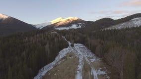 El volar cerca de las montañas rocosas cubiertas con nieve metrajes