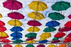 El volar colorido de los paraguas de la calle Fotos de archivo