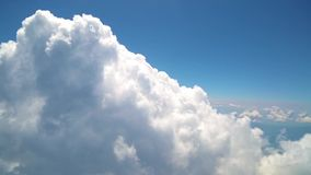 El volar con las nubes, mirando se nubla de ventana del aeroplano almacen de metraje de vídeo