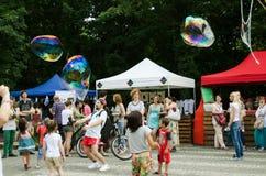 El volar de las burbujas de jabón Foto de archivo