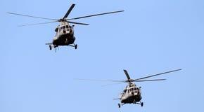 El volar de los helicópteros Imágenes de archivo libres de regalías