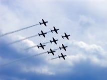 El volar de los jets fotos de archivo