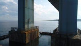 El volar debajo del puente Nueva York de Verrazano metrajes