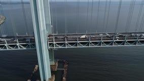 El volar debajo del puente Nueva York de Verrazano almacen de metraje de vídeo