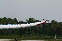 El volar del avión del ángel azul al revés Fotos de archivo libres de regalías