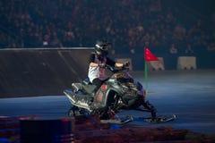 El volar en el atleta de la moto de nieve Fotografía de archivo