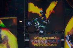El volar en el atleta de la motocicleta Fotos de archivo libres de regalías