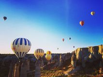 El volar en Cappadocia con los globos del aire caliente Imagen de archivo libre de regalías
