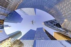 El volar en el distrito financiero de la defensa del La fotografía de archivo libre de regalías