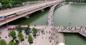 El volar en el camino y el puente Visión aérea Merlion y gente en Singapur almacen de video