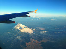 El volar en el cielo azul Fotografía de archivo libre de regalías