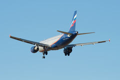 El volar en el cielo azul Airbus A320-214 V Obruchev (VQ-BAZ) Aeroflot Fotografía de archivo