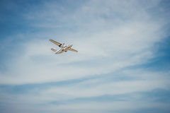 El volar en la altitud El avión y el cielo brillante Imagenes de archivo