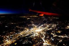 El volar en la noche sobre ciudades abajo Imagenes de archivo