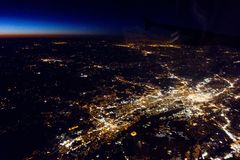 El volar en la noche sobre ciudades abajo Imágenes de archivo libres de regalías
