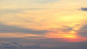 El volar en la puesta del sol almacen de metraje de vídeo