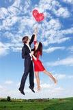 El volar en los globos en el cielo Fotos de archivo libres de regalías