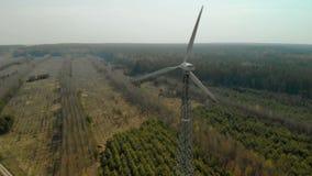 El volar en un arco de un solo generador de viento con un propulsor tripala giratorio almacen de metraje de vídeo