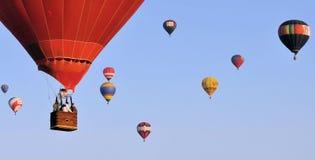 El volar en un globo fotos de archivo