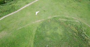 El volar en un planeador de caída ligero Tiroteo de un abejón, visión superior almacen de metraje de vídeo