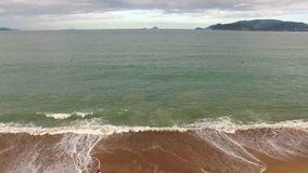 El volar a lo largo de línea de la playa de la playa almacen de metraje de vídeo