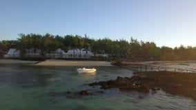 El volar a lo largo de la costa del centro turístico tropical almacen de video